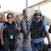 Lotnisko Bagram niedaleko Kabulu. Obok mnie Karolina Rożej. Z tyłu nasi żołnierze. Już w kamizelkach, tuż przed wylotem z Bagram do Ghazni.