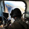 Polski śmigłowiec Mi-17 zapchany po brzegi. To stanowisko jednego z trzech strzelców pokładowych. Lecimy nad górami do Ghazni.