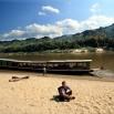 Nasza łódź na kilka dni drogi po Mekongu. Innej możliwości nie ma. Bajkowe krajobrazy, pyszne jedzenie gotowane przez żonę sternika na łodzi. Rano i wieczorem zimno, ale jak wzejdzie słońce to plus 28-30.