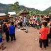 W wioskach bardzo skromnie i biednie. Prąd jest ale często wyłączają. Za namową naszego lokalnego przewodnika (to Arun - stoi w środku, z szalikiem), kupujemy zeszty i kolorowe ołówki dla dzieci.