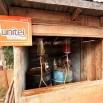 To nie żart. Stacja paliw na wiosce w górach w Laosie.