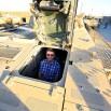 Kierowca rosomaka siedzi w stalowej studni. Całość opuszczana jest hydraulicznie. Ciasno, groźnie ale jest klimatyzacja.