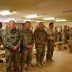 Niedziela. 10.30. Kościół w obozie w Ghazni. W pierwszym rzędzie dowódca generał Marek Sokołowski. Żołnierze mówią: Nasz Sokół.