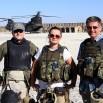 Tuż przed powrotem do Bagram. Stoimy przy helipadzie. W tle słynne amerykańskie śmigłowce. Za moment nas zabiorą.