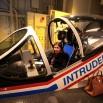 Symulator do szkoleń lądowania na lotniskowcu. Trudne! Torebka została przed kabiną.