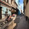 Boczne ulicy Hawany już nie tak reprezentacyjne. Ciasne, brudne im dalej od turystycznego centrum. Tu środkiem transportu jest rower i riksze.