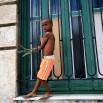 Kubańczycy chwalą się opieką nad dziećmi. Darmowe mleko i posiłki w szkołach. Najniższa w tym rejonie świata umieralność niemowląt - to podkreślają na każdym kroku. Ale też sporo samotnych matek. Łatwo o ślub, łatwo o rozwód, aborcja jest legalna.