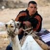 Czasami obok dzieci stoi motocykl, a czasami obok siedzi wielbłąd z poganiaczem.
