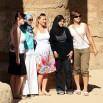 Grupa turystek i zagadka. Dwie są z Europy (Francja, Niemcy), jedna z USA, jedna z Egiptu, jedna z Jordanii. Która jest która?
