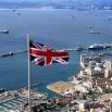 Myk, myk i jesteśmy w Gibraltarze. Dumna brytyjska flaga obecna na każdym kroku.