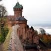 Polski Grodziec oraz słynna Twierdza Szyfrów czyli Czocha, plus Grodno (w Zagórzu Śląskim) i Toszek to też jego prace. Haut Koenigsbourg przebudował w 1899 roku na zlecenie Cesarza Wilhelma II. To po prawej w dole to chmury. Są niżej niż zamek.