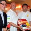 Obok gwiazd estrady... Mistrz Kulinarny Robert Sowa. Na konferencję przyszedł z tortem.
