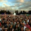 Kilka godzin później, w tym samym miejscu, były takie tłumy. Nad stadionem w Mielnie powoli zachodzi słońce. A my gramy!