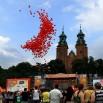 To samo miejsce godzinę później. Akcja bezpiecznewarzywa.pl czyli pomidorkowe balony wypełnione helem, które lecą w górę.