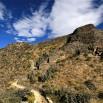 Jedna z wielu fortec Inków. Jestem małym czerwonym punktem po lewej. Kamienne strażnice są na szczytach skał.