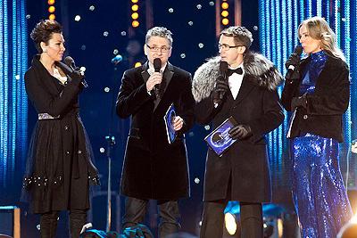 aAnna Popek, Roman Czejarek, Maciej Kurzajewski i Agnieszka Szulim. sylwester tvp2 i pr1 we Wrocławiu, 2010 / 2011